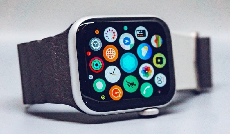 Что дарить программисту на торжество: фитнес браслет или часы